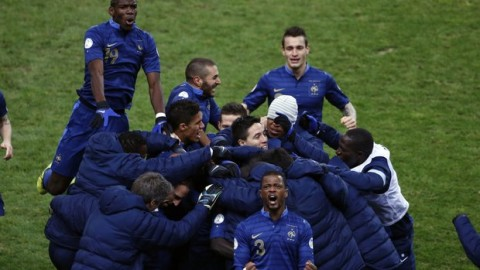 France qualifies with a late winner