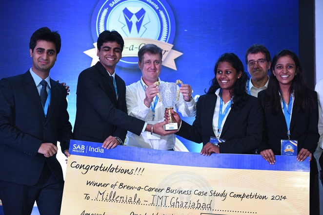 SABMiller India Managing Director Grant Liversgae (centre) hands over the trophy to the winning team 'IMT Ghaziabad'