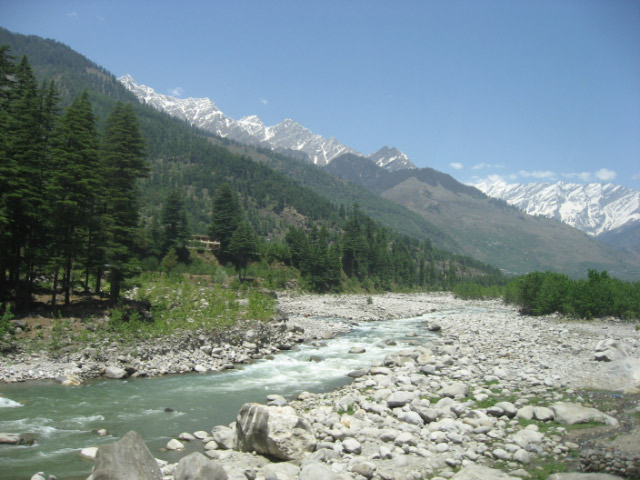 Solang Valley in Manali surrounded by snow covered hills and famous place for paragliding-6