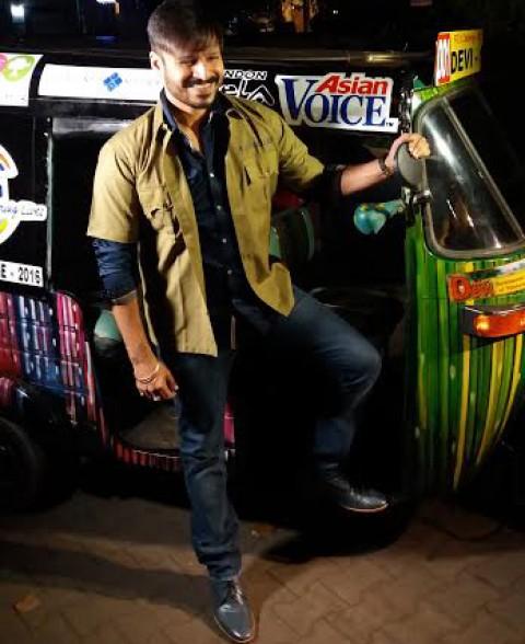 Vivek Oberoi rides a rickshaw for charity!